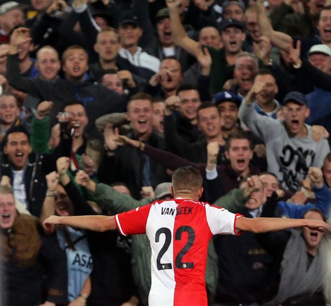 Zo vaak spelen ze niet in zo'n mooi stadion met zulke fanatieke supporters
