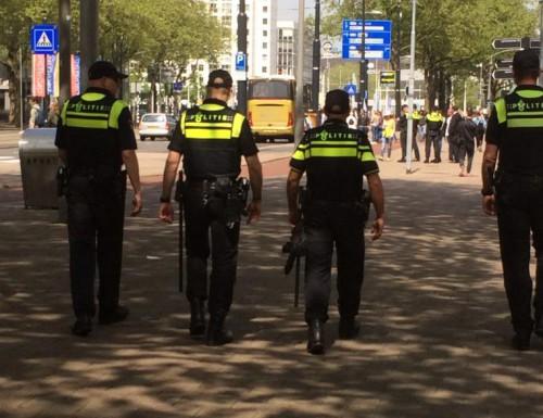 Geen wedstrijd, wel veel fans en politie in Rotterdam | Video