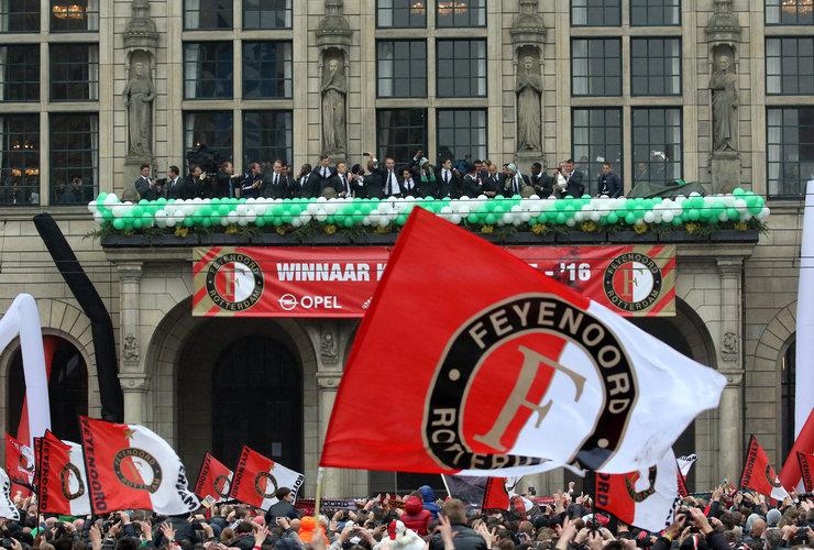 Vader en zoon leggen ruim 16.000 kilometer af voor huldiging Feyenoord